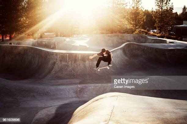 man skateboarding at skateboard park - skateboardpark stockfoto's en -beelden