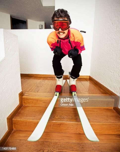 Homme ski à la maison