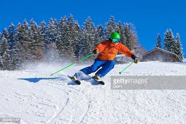 Homme ski de descente rapide sur Belle journée ensoleillée dans les Alpes