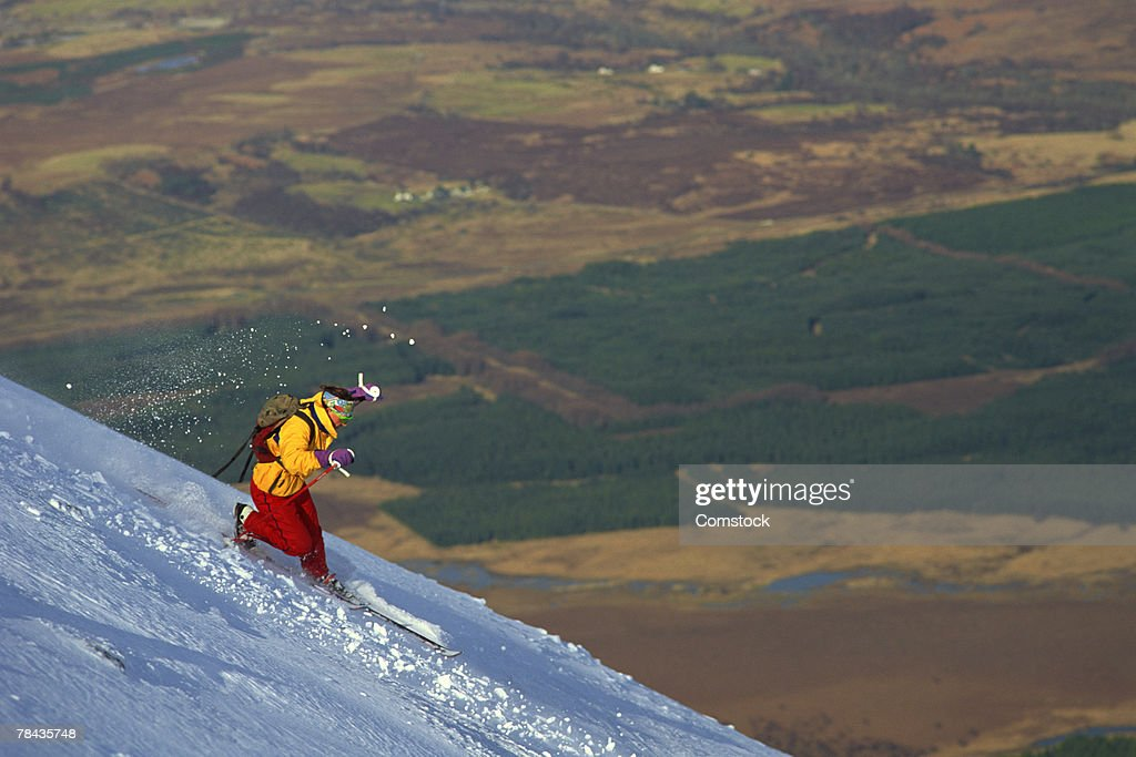 Man skiing in back bowl at Nevis Range , Scotland : Stockfoto