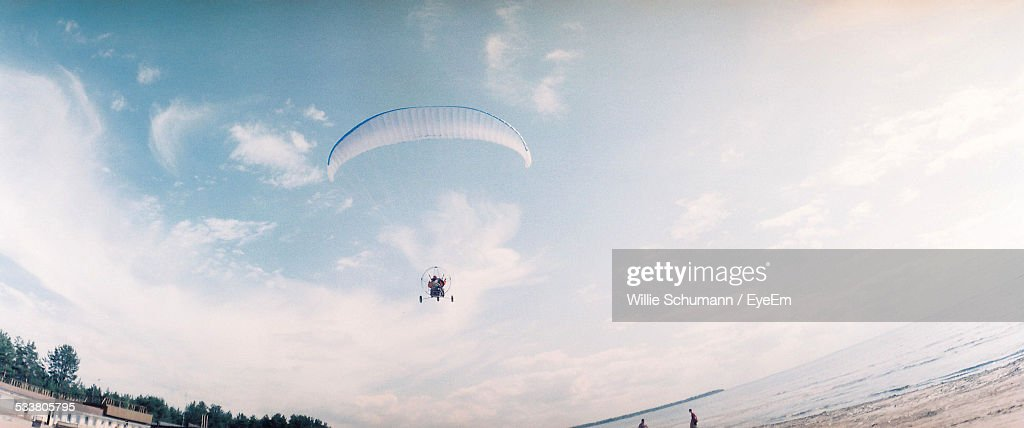 Man Skydiving Above Beach : Foto stock