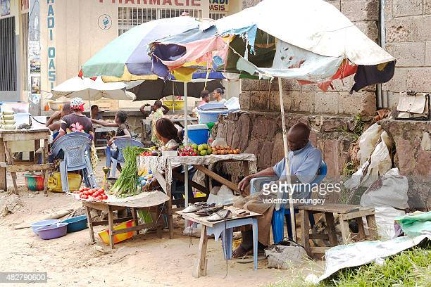 mann schlafen am marktstand, kinshasa - kinshasa stock-fotos und bilder