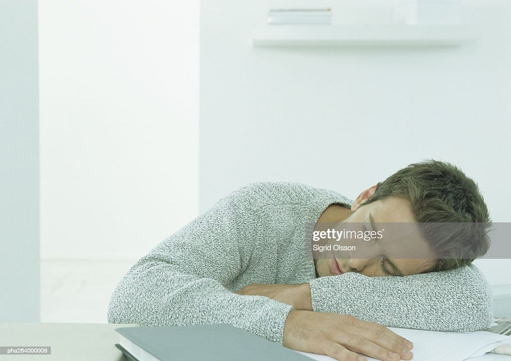 Man sleeping at table : Stockfoto