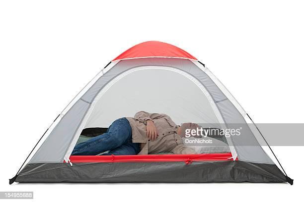Mann schlafen im Zelt