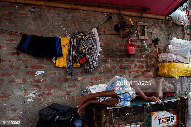 SADARGHAT DHAKA BANGLADESH A man sleeps by the side of sadarghat launch terminal Bangladesh is one of the most densely populated countries in the...