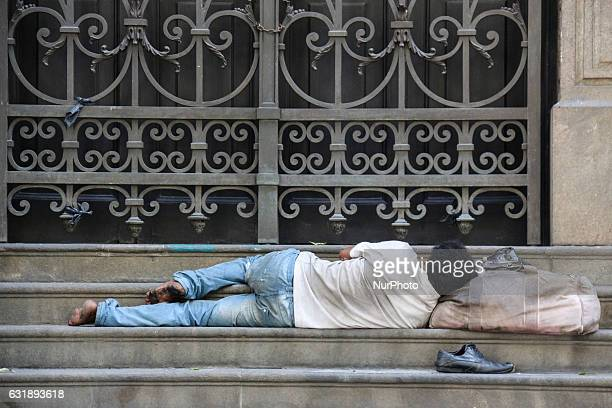 Man sleeps on the steps of the Municipal Theater Data released by the City Hall indicate that there are 14279 homeless people in the city of Rio de...