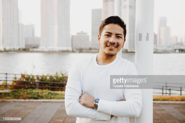 man smiling at camera - yusuke nishizawa 個照片及圖片檔