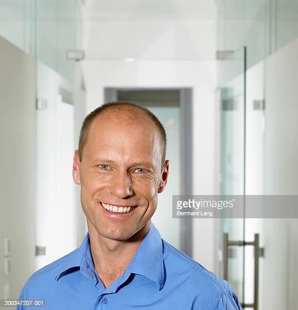 man smiling, portrait, close-up - 外れる ストックフォトと画像