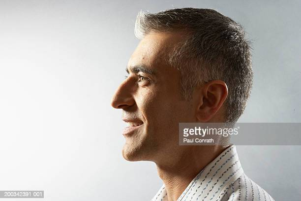 man smiling, side view - van de zijkant stockfoto's en -beelden