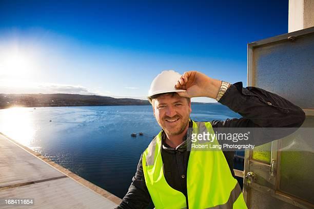 man smiling wearing a hard hat and flouro vest - porto lincoln - fotografias e filmes do acervo