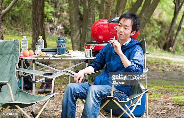Mann Rauchen elektronische Zigarette im Freien