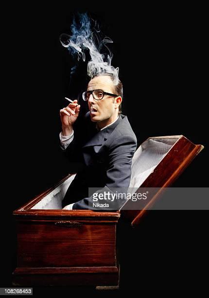 un homme fumer cigarette de cercueil - cercueil photos et images de collection