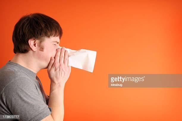 Hombre estornudos