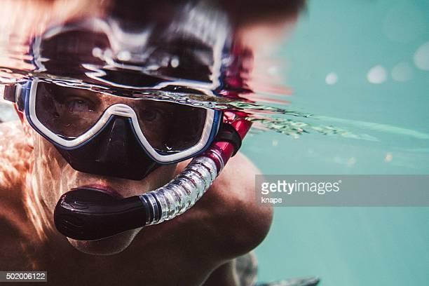 Uomo di snorkeling nel mare con Maschera subacquea