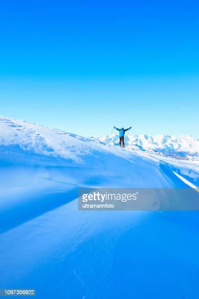 日当たりの良いスキー場高山雪の風景でゲレンデをスキー男雪のスキーヤー。 イタリア アルプス ドロミテ イタリア、ヨーロッパの山。マドンナ ・ ディ ・ カンピーリョ。 - マドンナディカンピリオ ストックフォトと画像