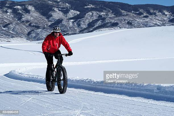 man snowbiking in colorado - steamboat springs colorado - fotografias e filmes do acervo