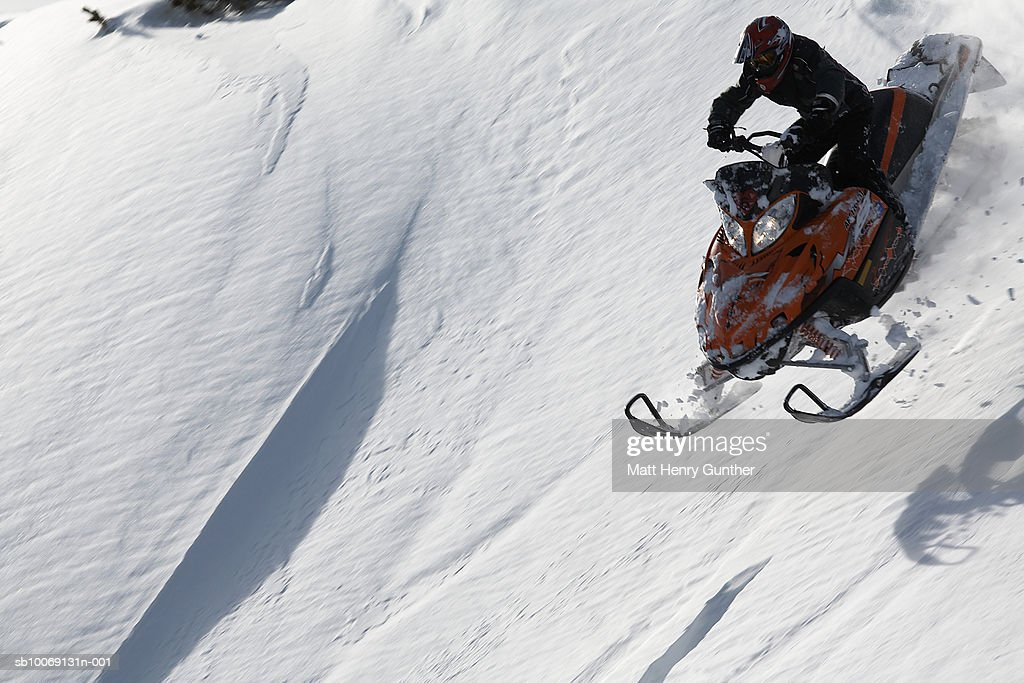 Man snowmobiling on slope, high angle view : Stockfoto