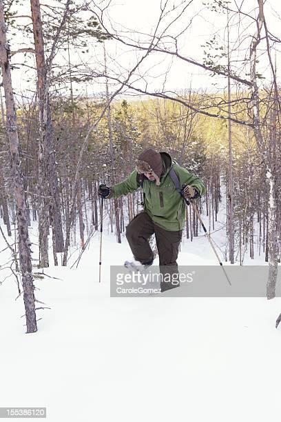 スノーシュー男性に深い雪