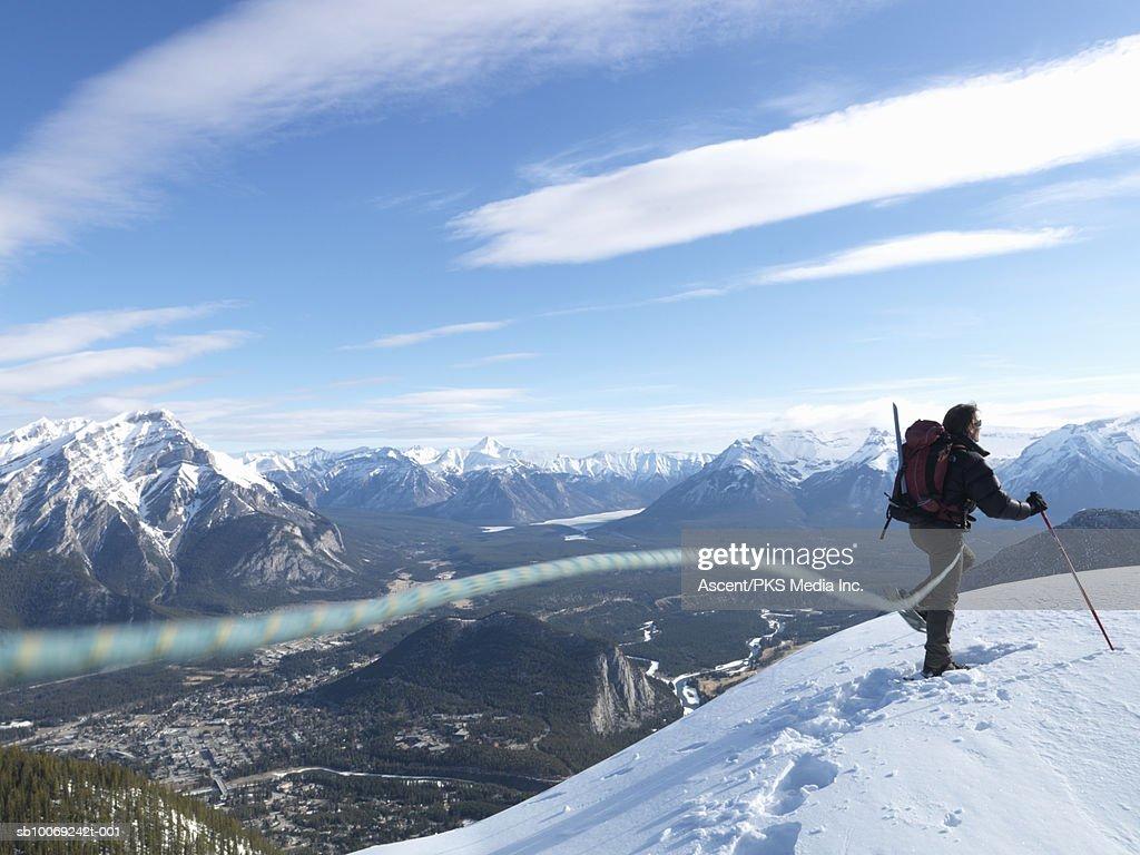 Man snowshoeing on mountain top, rear view : Stockfoto