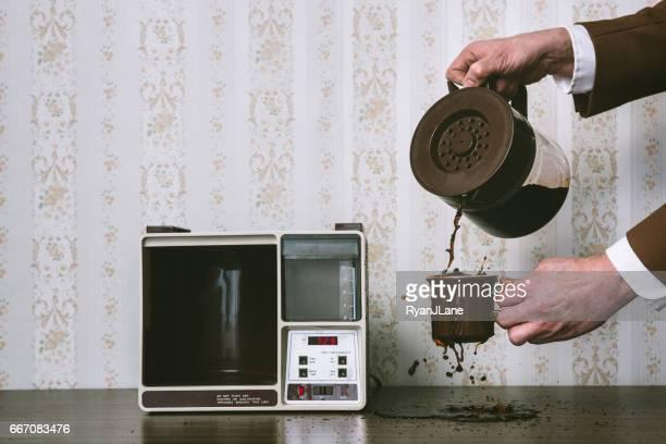 レトロなスタイルでコーヒーをこぼす男