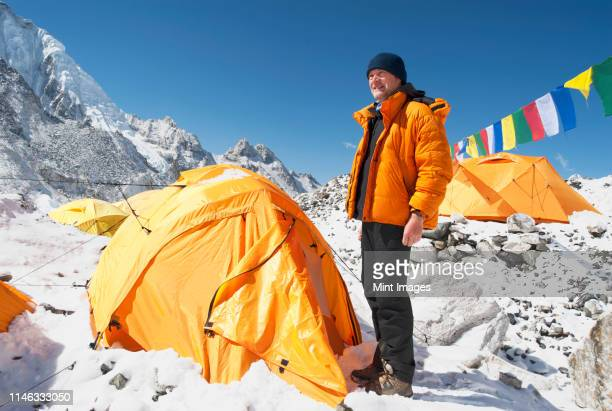 man standing at base camp tent, everest, khumbu region, nepal - extremismo imagens e fotografias de stock