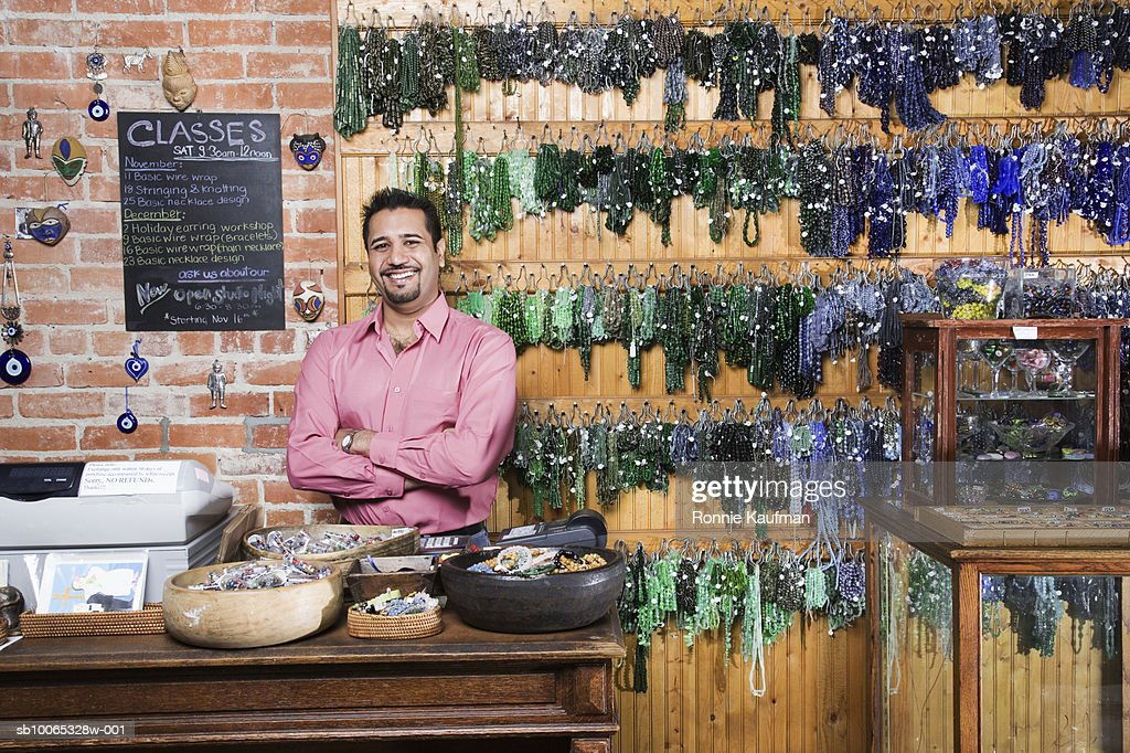 Man standing at counter in shop : Foto stock