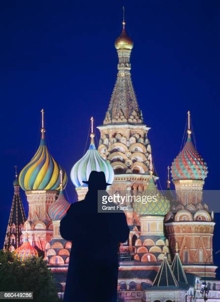 man standing before cathedral. - spion stockfoto's en -beelden