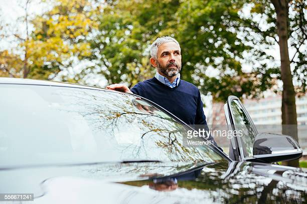 man standing beside his car - entrando - fotografias e filmes do acervo