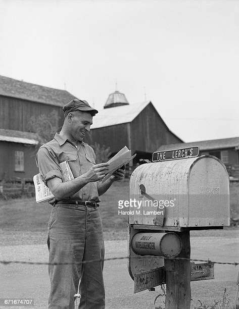 man standing beside mailbox and looking letters - {{relatedsearchurl(carousel.phrase)}} fotografías e imágenes de stock