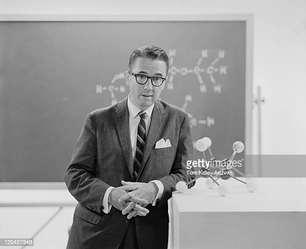 mann stehen neben-molekül modell, porträt - kompletter anzug stock-fotos und bilder