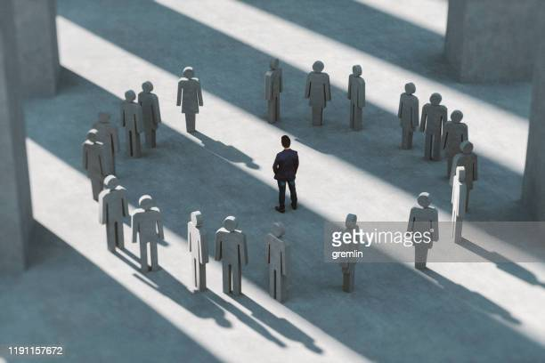 man staande in een groep mensen - kolonie stockfoto's en -beelden
