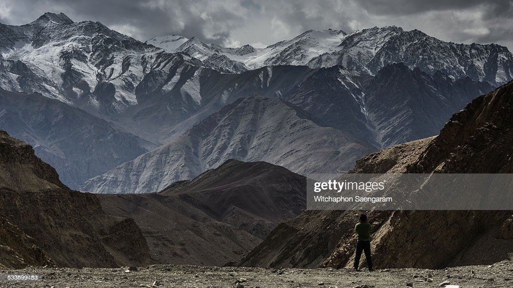 A man standing in front of Himalayan range : Foto stock