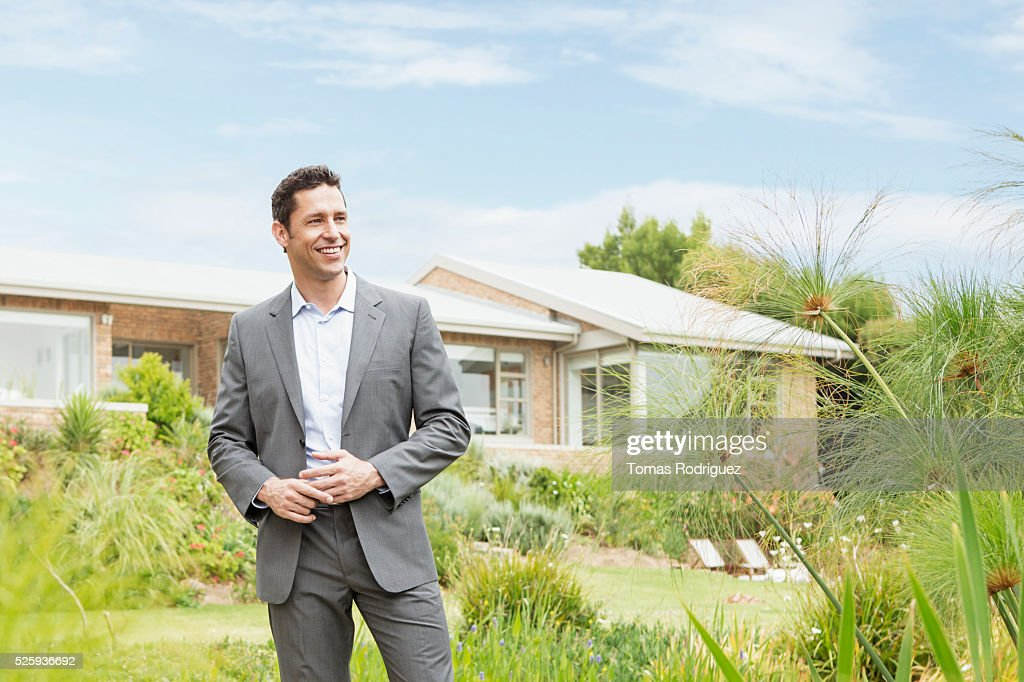 Man standing in front of modern house : Foto de stock
