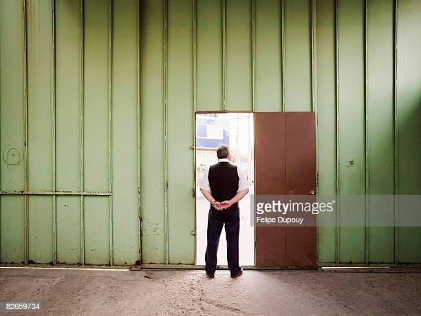 Mann Stand in der Tür eines factory
