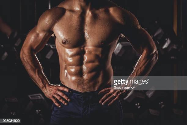 homme debout dans la salle de gym - forte poitrine photos et images de collection