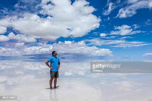 男性に立つウユニ塩湖、ボリビア、2 月 - ウユニ塩湖 ストックフォトと画像