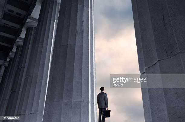列の隣に立っている男に距離に見える - 法律関係の職業 ストックフォトと画像