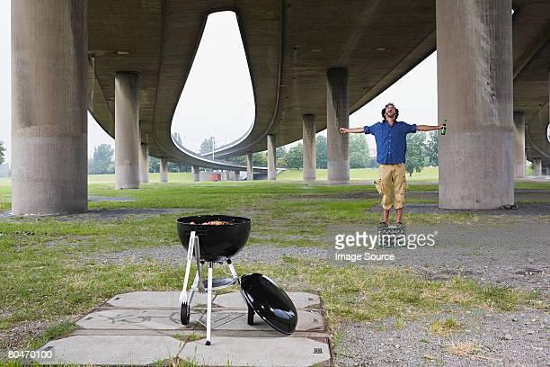 Mann, stehend auf einer Box in der Nähe ein barbecue