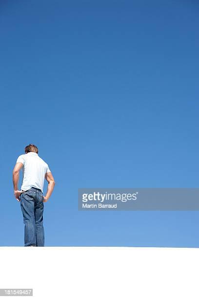 Mann, stehend auf Häuserblocks im Freien