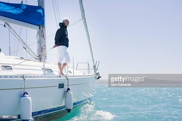Mann stehen auf deck des Segelschiff