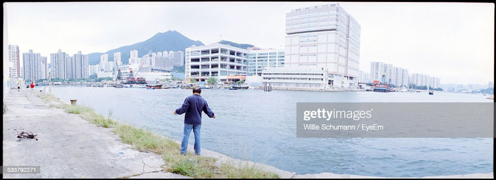 Man Standing On Edge Of Promenade With Cityscape In Foreground : Foto stock