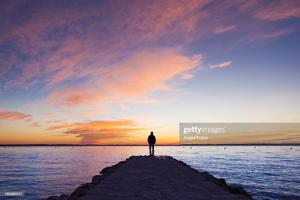 Uomo in piedi sul molo : Foto stock