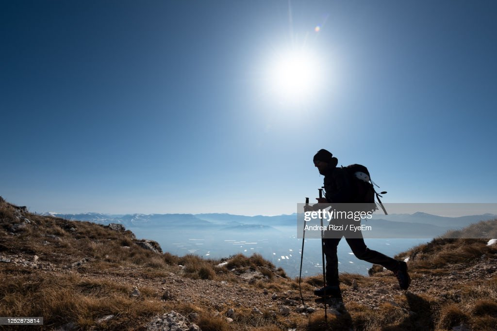 Man Standing On Mountain Against Sky : Foto stock