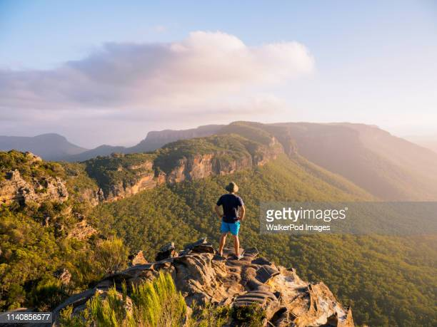 man standing on peak of blue mountains in new south wales, australia - katoomba stock pictures, royalty-free photos & images