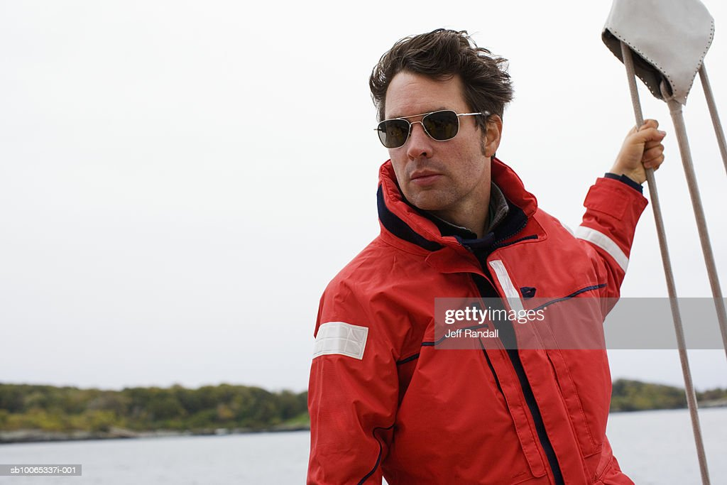 Man standing on racing yacht : Foto stock
