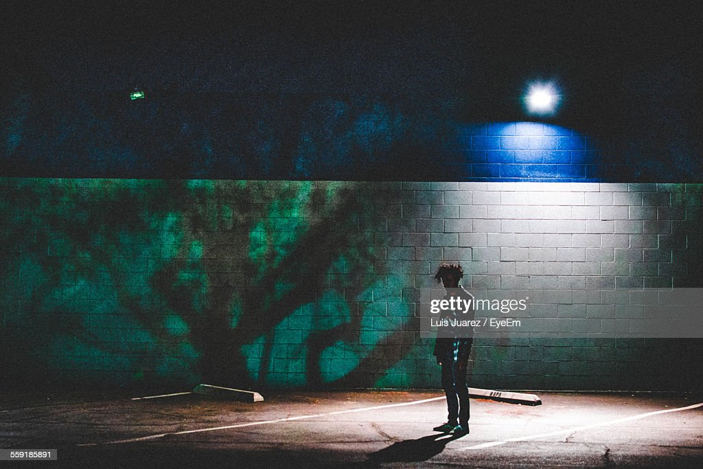 Man Standing On Road At Night : Bildbanksbilder