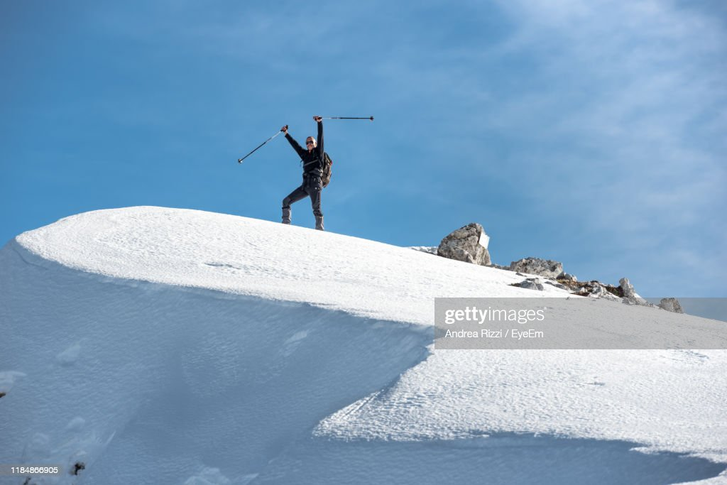 Man Standing On Snowcapped Mountain Against Sky : Foto stock