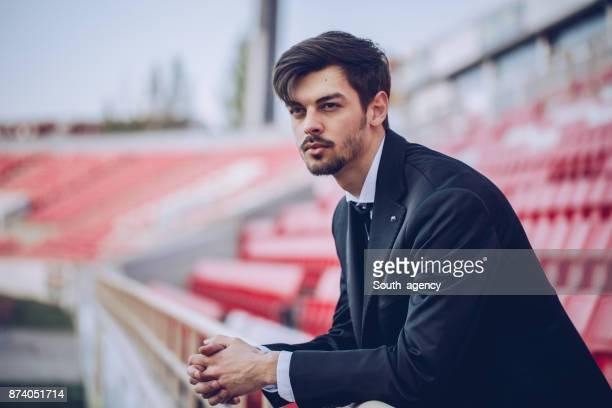 homme debout sur la tribune du stade - club de football photos et images de collection