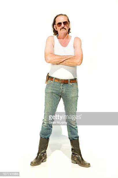 man standing on white seamless with crossed arms - débardeur photos et images de collection
