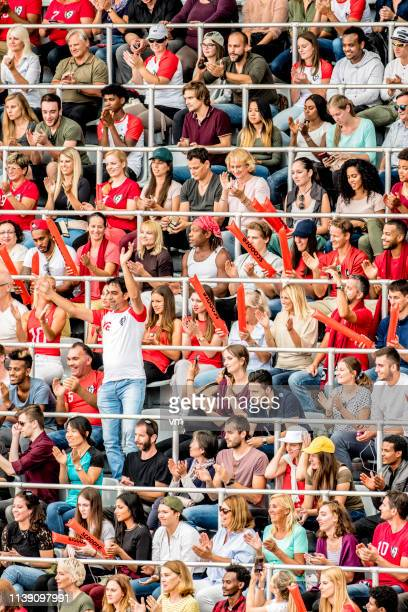 Man som står ut från publiken på en arena